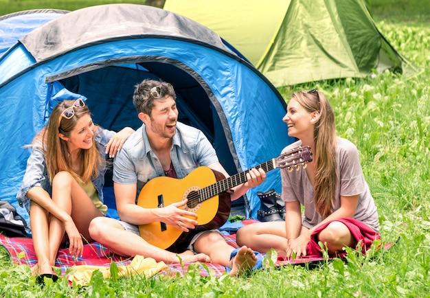 Groep beste vrienden zingen en plezier samen kamperen Premium Foto