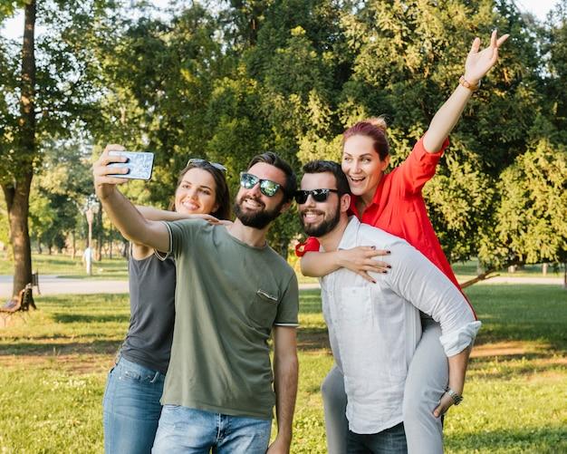 Groep blije volwassen vrienden die selfie samen nemen Gratis Foto