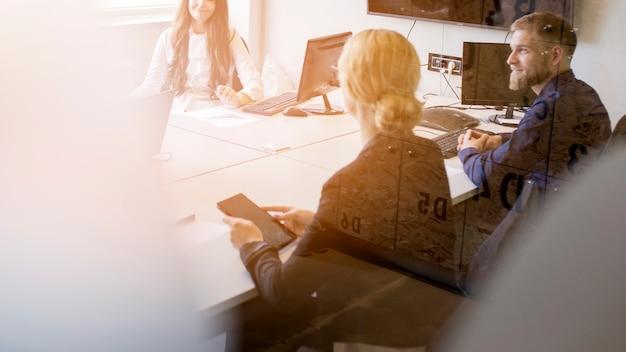 Groep collectieve mensen die op het kantoor werken Gratis Foto
