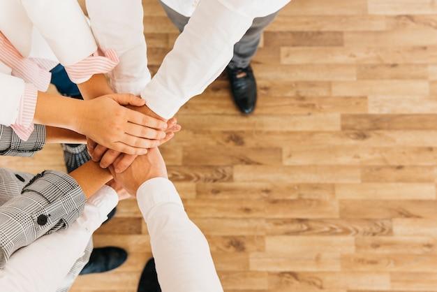 Groep collega's handen samenstellen Gratis Foto