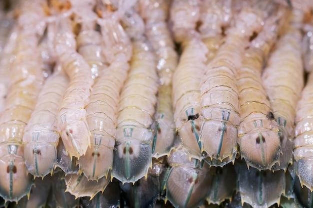 Groep de ruwe verse zeevruchten van bidsprinkhanengarnalen, de thaise markt van het straatvoedsel Premium Foto