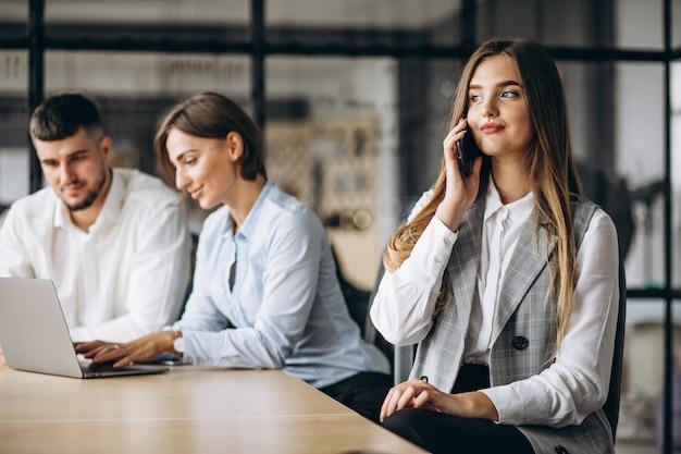 Groep die mensen businessplan in een bureau uitwerkt Gratis Foto