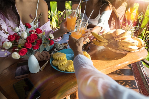 Groep die mensen ontbijt samen het toejuichen van glazen eten Premium Foto
