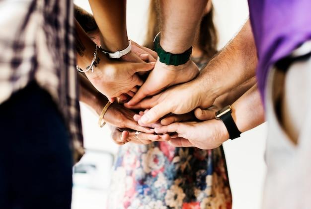 Groep diverse mensen sloot zich aan bij handen samen teamwork Premium Foto