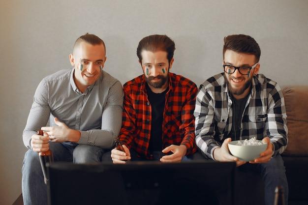 Groep fans kijkt voetbal op tv Gratis Foto