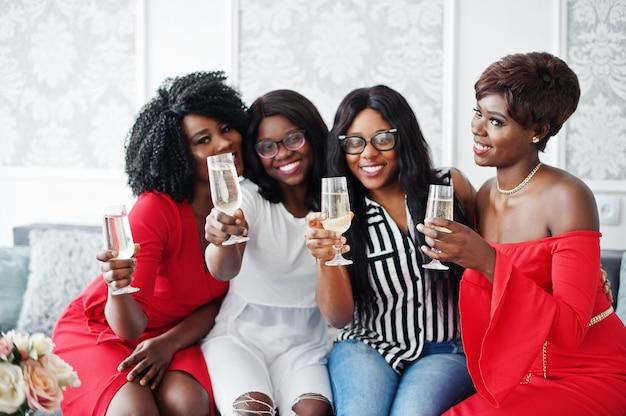 Groep feestende meisjes rammelende glazen met mousserende wijnchampagne Premium Foto