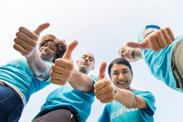 Groep gelukkige en diverse vrijwilligers Gratis Foto