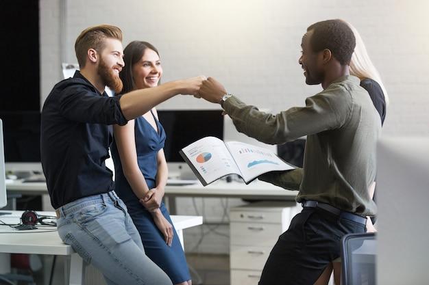 Groep gelukkige jonge bedrijfsmensen die succes vieren Gratis Foto