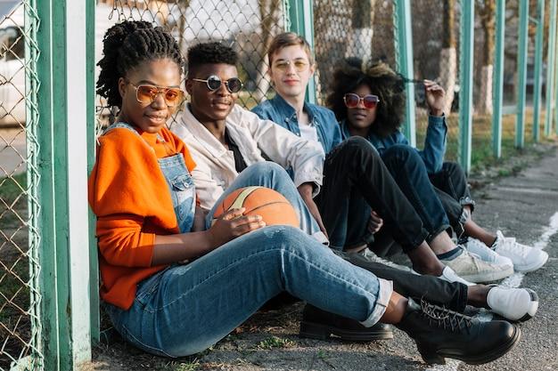 Groep gelukkige tieners die in openlucht stellen Gratis Foto