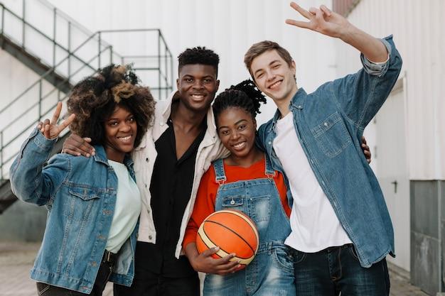 Groep gelukkige tieners die samen stellen Gratis Foto