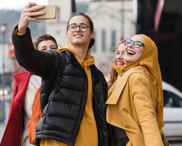 Groep gelukkige vrienden die een selfie samen nemen Gratis Foto