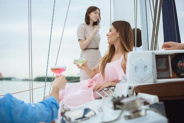 Groep gelukkige vrienden die wodkacocktails in een bootpartij drinken openlucht, vrolijk en gelukkig Gratis Foto