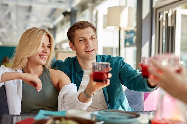 Groep gelukkige vrienden vieren in café Premium Foto