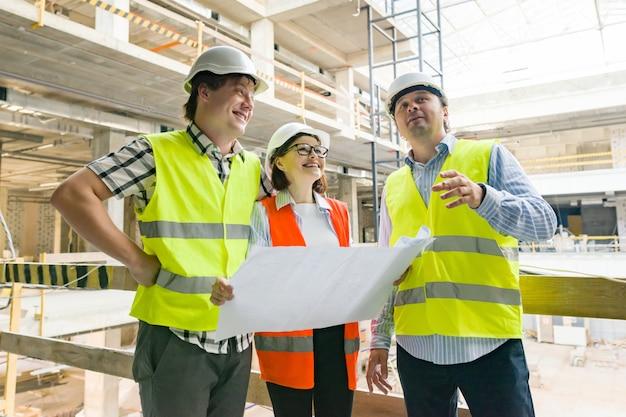 Groep ingenieurs en architecten op de bouwplaats Premium Foto