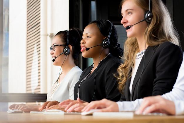 Groep internationale onderneemsters die in call centre werken Premium Foto
