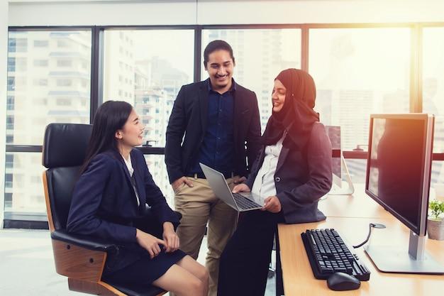 Groep jong bedrijfsmensenteam die en ideeën bespreken bespreken bij vergaderzaal Premium Foto