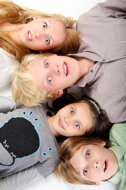 Groep jonge en mooie jongens Gratis Foto