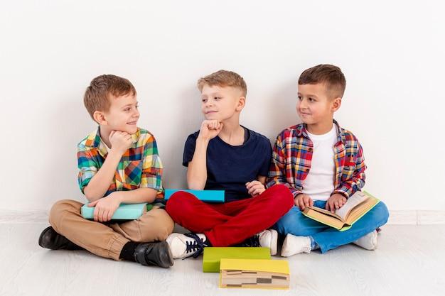 Groep jonge jongens bij de dag van de boekdag Gratis Foto