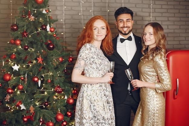 Groep jonge mensen die nieuw jaar vieren. vrouwen met