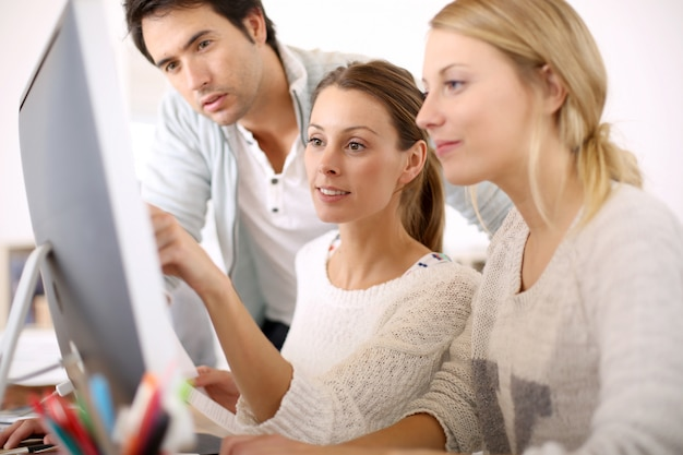 Groep jonge mensen in business school Premium Foto