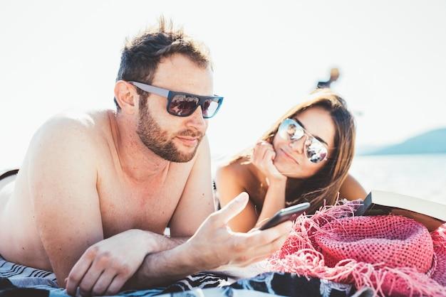 Groep jonge multi-etnische vrienden strand zomer Premium Foto