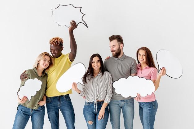Groep jonge vrienden met praatjebellen Gratis Foto