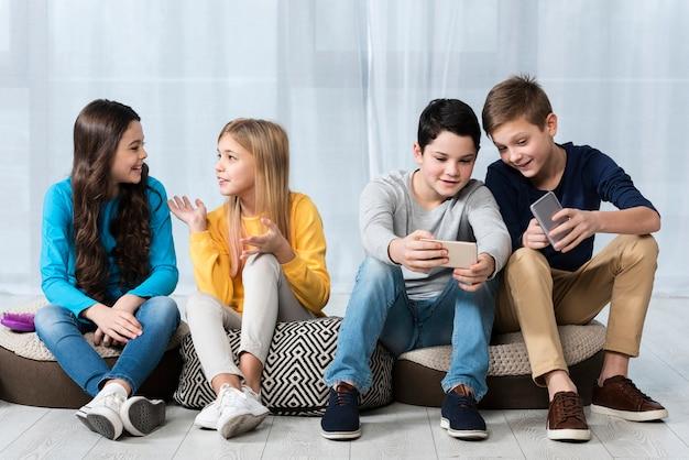 Groep jonge vrienden Gratis Foto