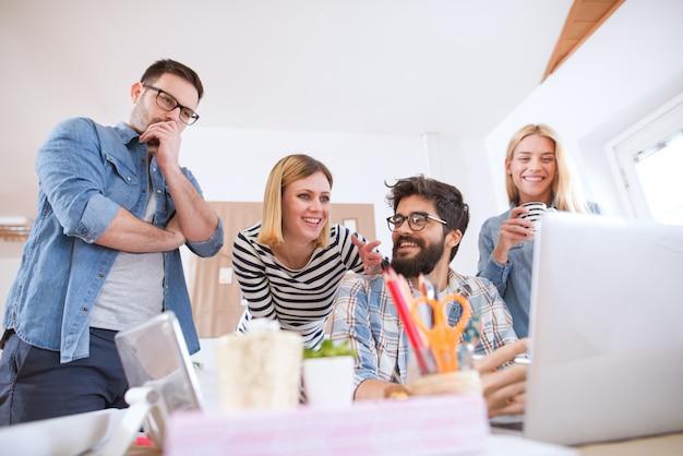 Groep jonge vrolijke toegewijde business team bespreken verdere stappen terwijl een van hen zich zorgen maakt. Premium Foto