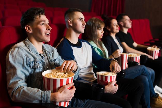 Groep jongeren in de bioscoop Gratis Foto