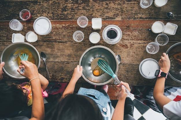 Groep kinderen bereiden de bakkerij in de keuken. kinderen leren koken koekjes Premium Foto