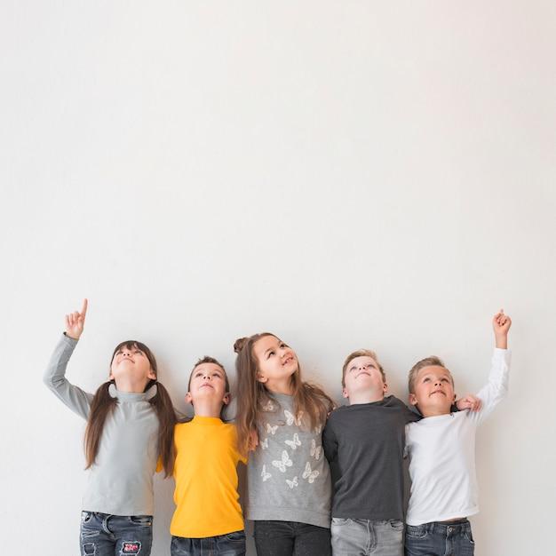 Groep kinderen die samen stellen Gratis Foto