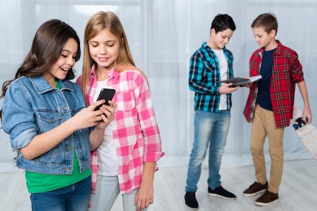 Groep kinderen die verschillende activiteiten doen Gratis Foto