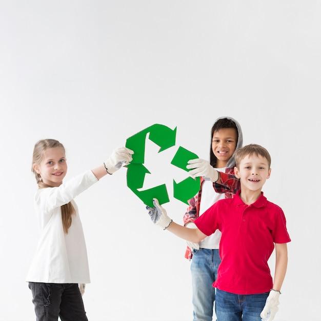 Groep kinderen graag samen recyclen Gratis Foto
