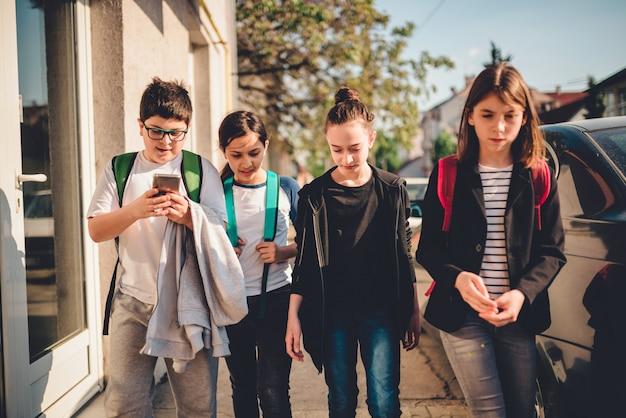 Groep kinderen op naar school Premium Foto