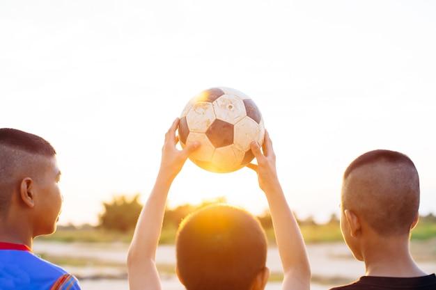 Groep kinderen plezier spelen voetballen voor oefening Premium Foto