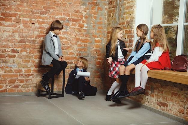 Groep kinderen tijd samen doorbrengen na school. Gratis Foto