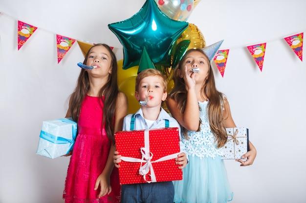 Groep kinderen vieren samen verjaardagspartij Premium Foto