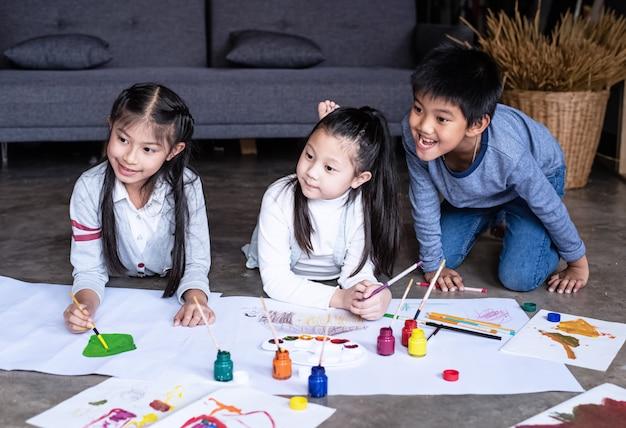 Groep kinderpark verf kleurrijke aquarel op papier, met geïnteresseerde gevoel Premium Foto