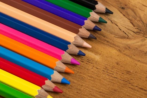 Groep kleurrijke potloden op de tafel Gratis Foto