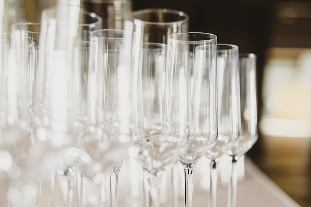 Groep lege en transparante champagneglazen in een restaurant. Premium Foto