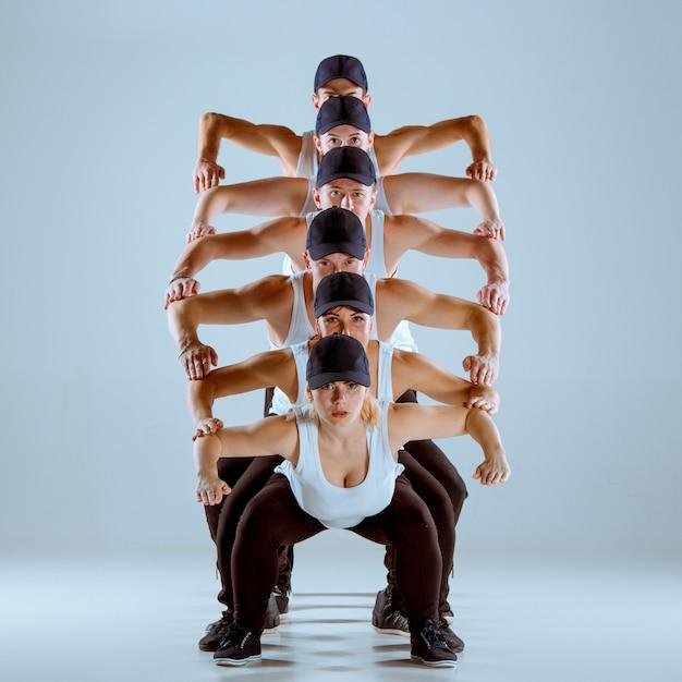 Groep mannen en vrouwen die hiphopchoreografie dansen Gratis Foto