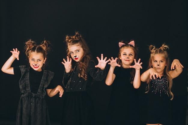 Groep meisjes gekleed in halloween-kostuums in studio Gratis Foto