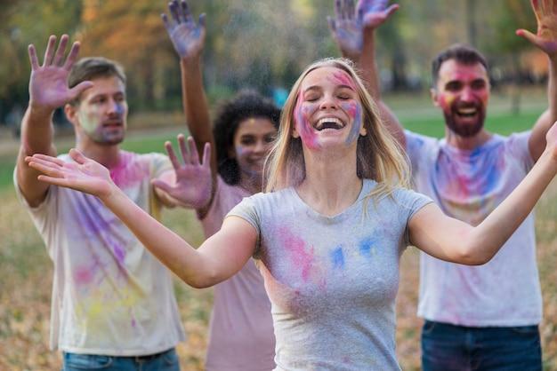 Groep mensen bedekt met veelkleurige verf Gratis Foto
