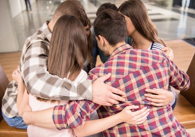 Groep mensen die in cirkel zitten en elkaar steunen. Premium Foto