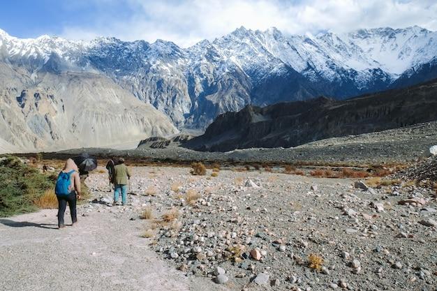 Groep mensen die langs de trekkingssleep lopen in passu. Premium Foto