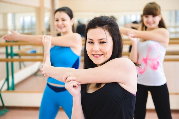 Groep mensen in de sportschool in een klasse uitrekken Premium Foto