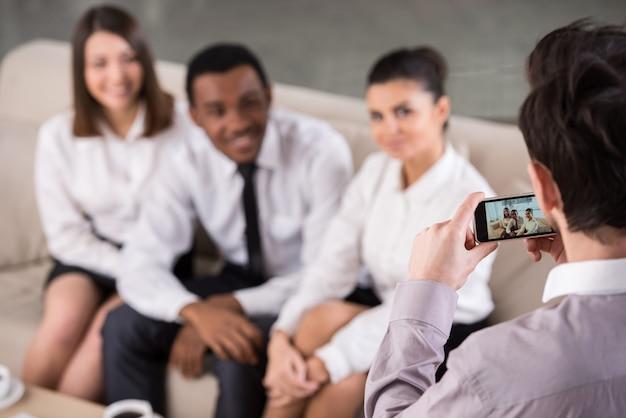 Groep mensen in kantoor tijdens pauze maken de foto. Premium Foto
