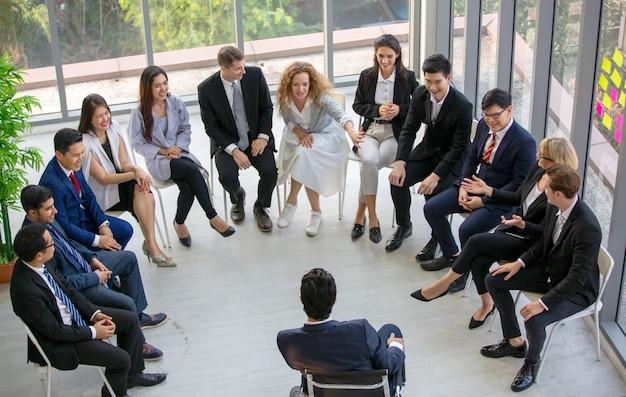 Groep mensen met een bedrijfsevenement Premium Foto
