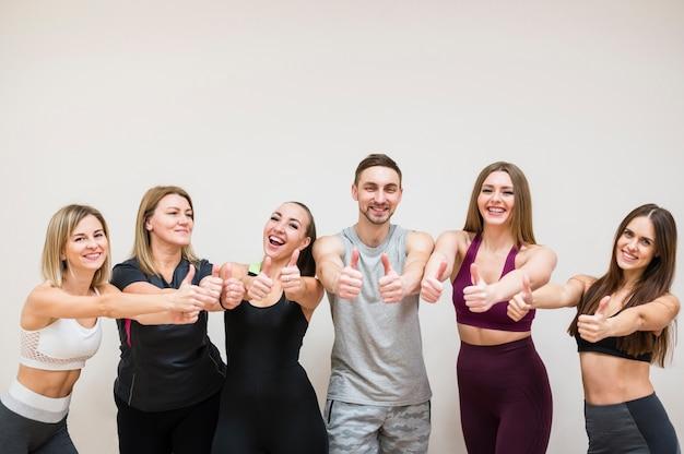 Groep mensen poseren samen in de sportschool Gratis Foto