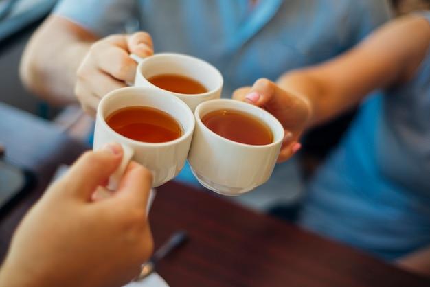 Groep mensen rammelende bekers met thee Gratis Foto